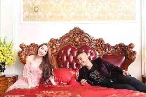 Gia đìnhQuỳnh Nga - Doãn Tuấn trải nghiệmchiếc giường hoàng tộc.
