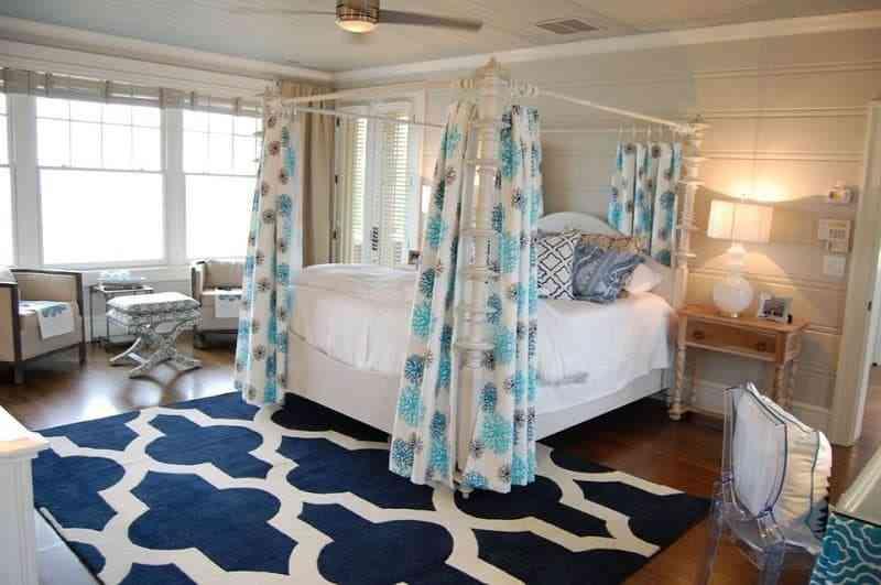 Phòng ngủ màu xanh và trắng kết hợp