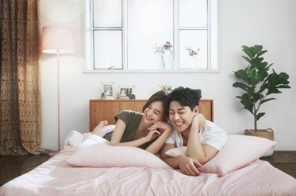 Dáng Cùng Nhìn Về Một Hướng Khi Chụp Ảnh Cưới Trong Phòng Ngủ