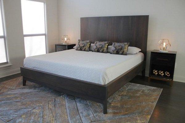 Giường ngủ gỗ óc chó có màu đậm và tối