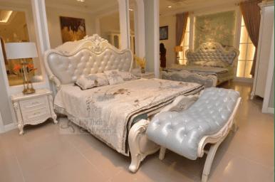 Giường cổ điển màu trắng ngọc trai