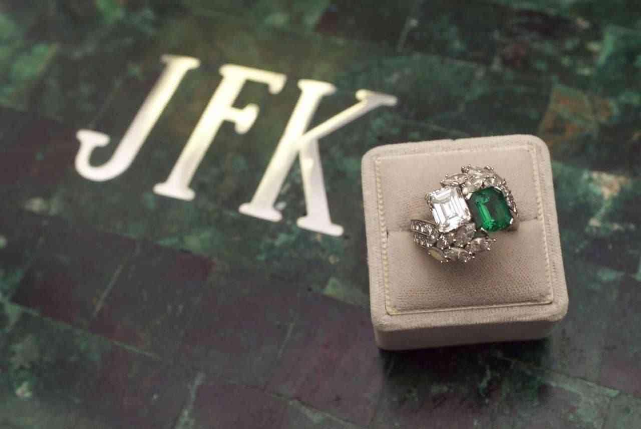 Chiếc Nhẫn Cưới Đẹp Nhất Emerald And Diamond Ring